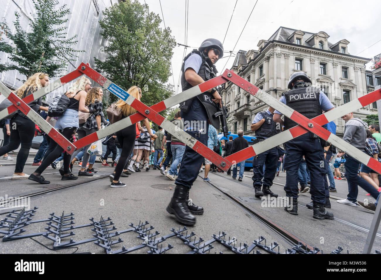 Absperrung, Bahnhofstrasse, Love Parade Wochende, Zürich, Schweiz | Love Parade Wochenende, Polizei Blockade Stockbild