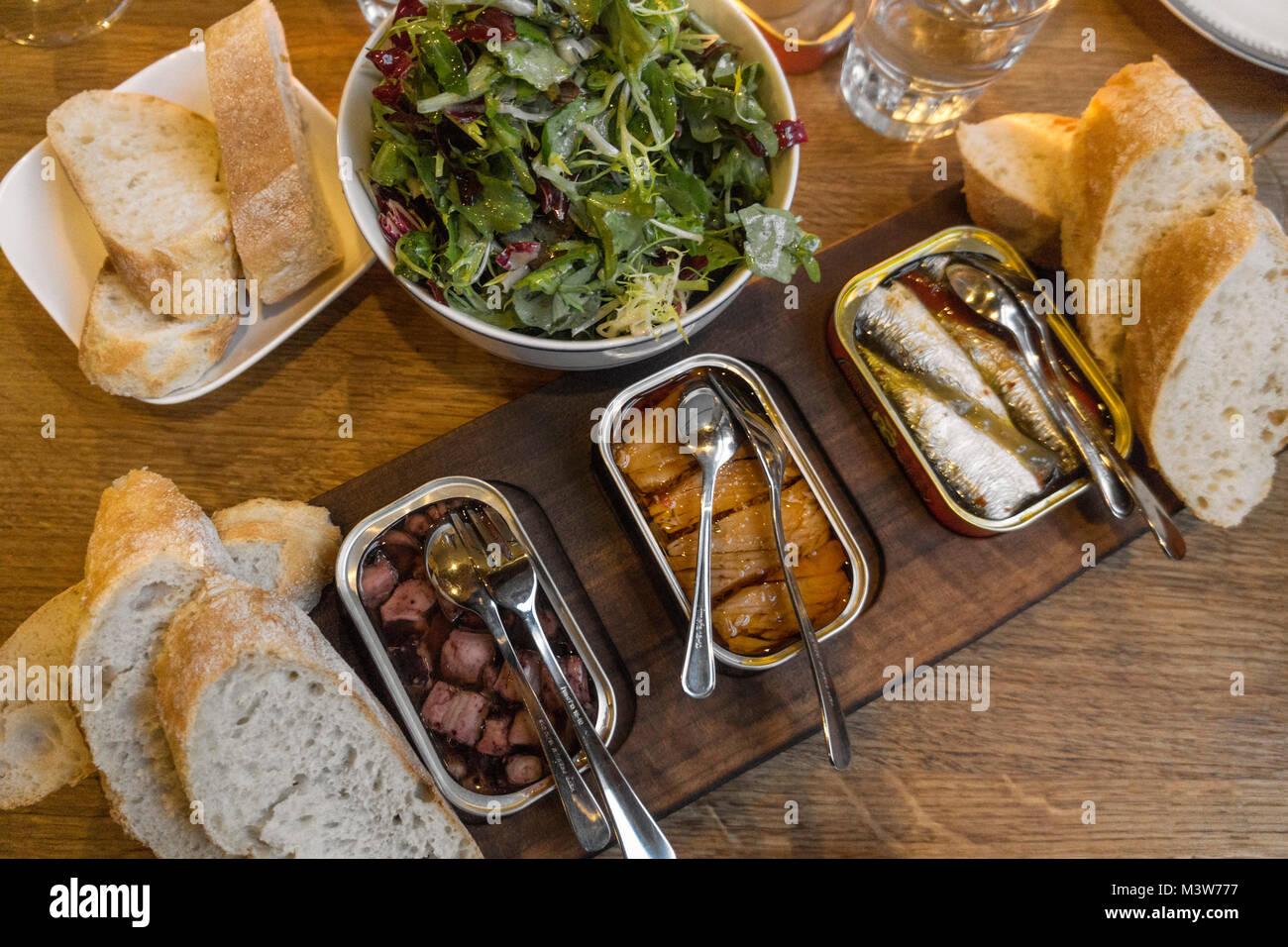 Sardinenbar, Fischkonserven für Gourmets, Restaurant, Schöneberg, Berlin, | Sardinenbar, Gourmet Fisch Stockbild