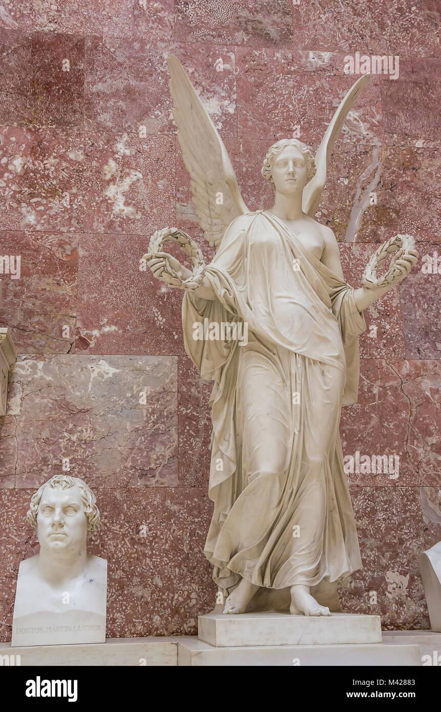 Büste von Dr. Martin Luther neben einer allegorischen Engel Figur in der Ruhmeshalle Walhalla in Donaustauf Stockbild