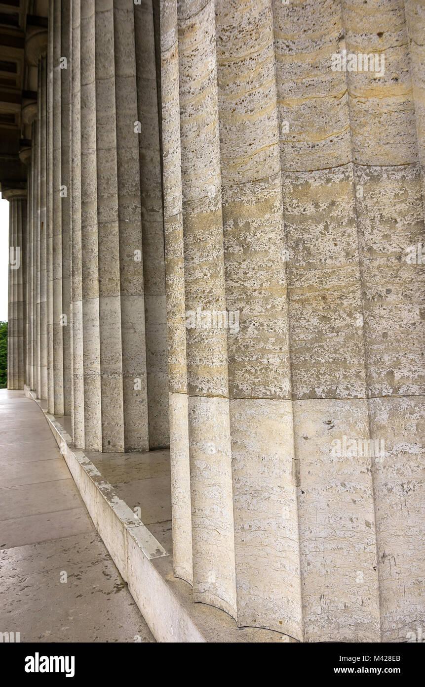 Kolonnaden entlang der Ruhmeshalle Walhalla in Donaustauf in der Nähe von Regensburg, Bayern, Deutschland. Stockbild