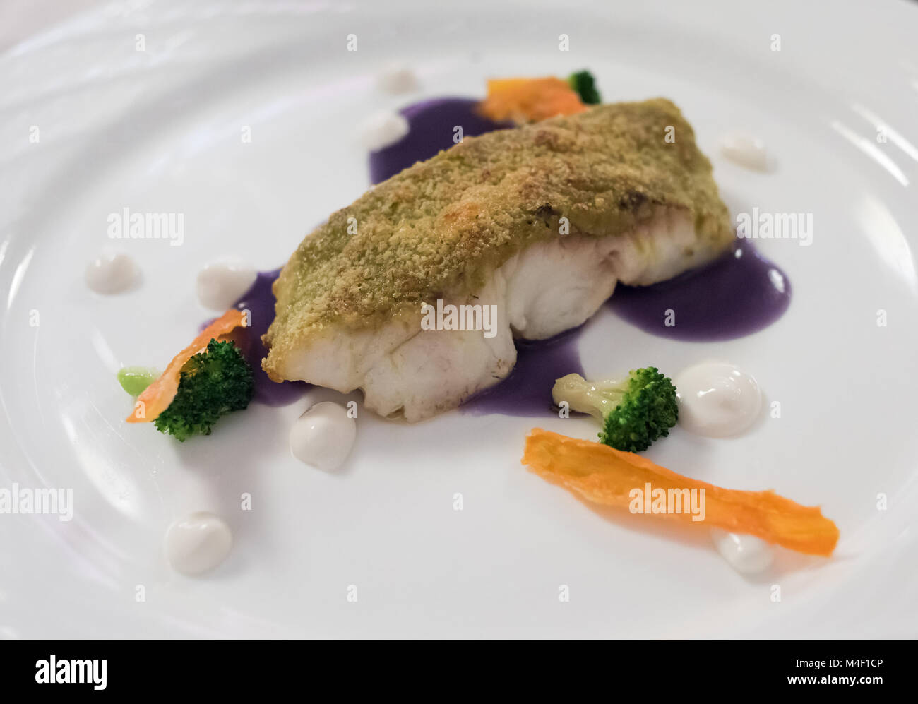 Kreative feine Restaurants weiße Fischgericht in Kräutern paniert Stockbild