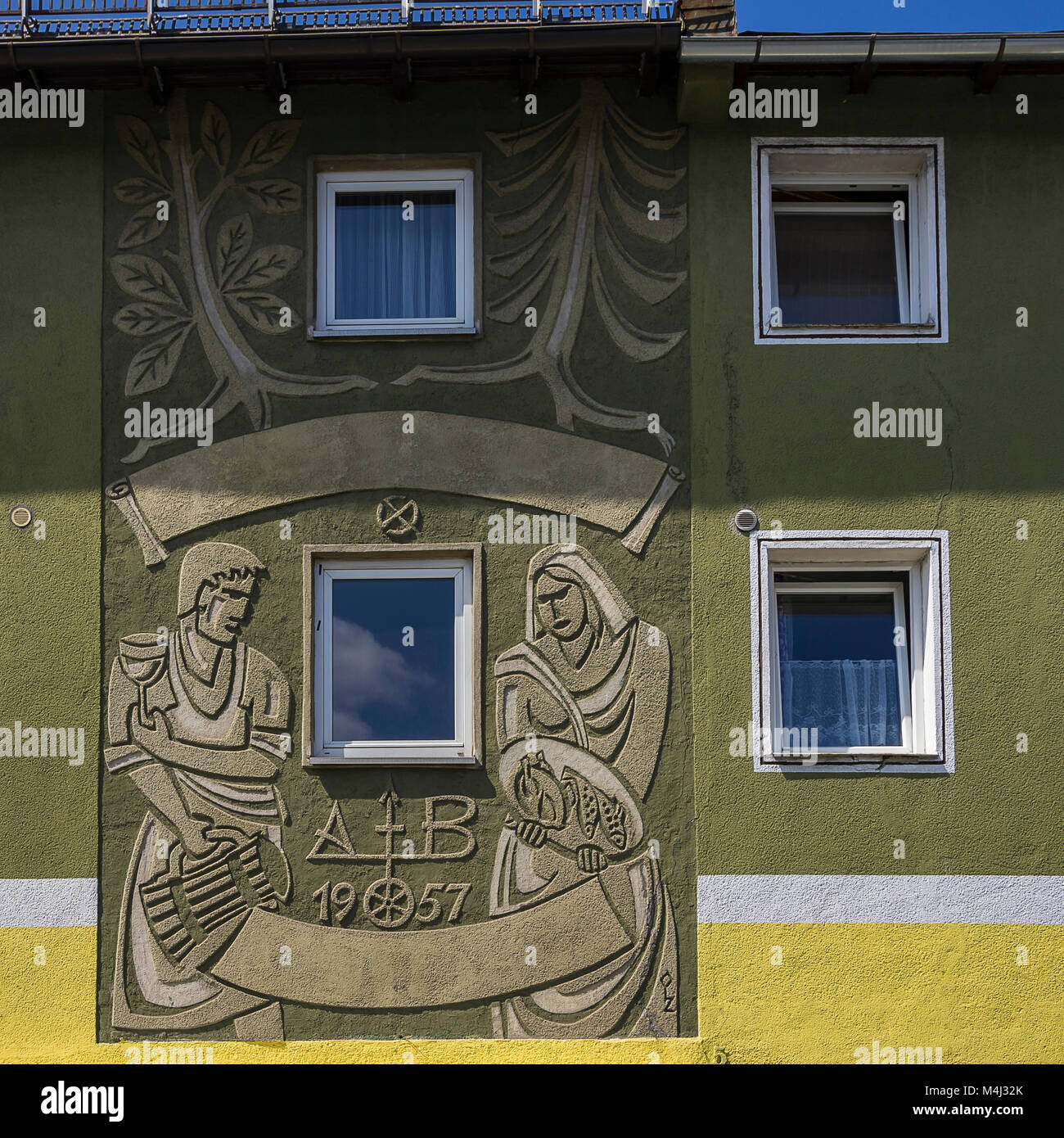 Historische Wandbild Relief von 1957 in einem städtischen Wohnhaus in Zwiesel, Bayerischer Wald, Bayern, Deutschland. Stockbild