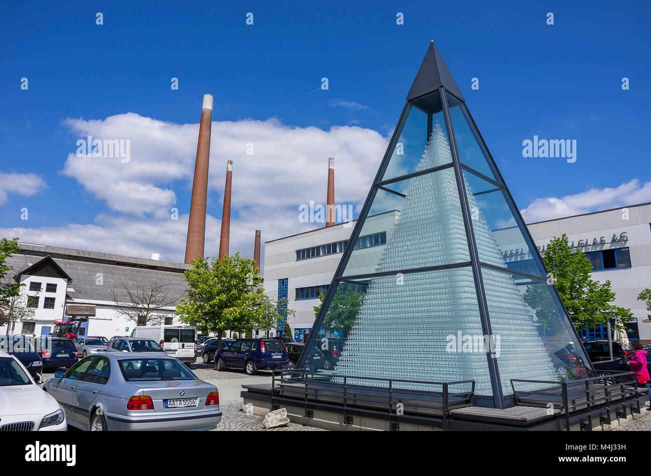 Zwiesel, Bayerischer Wald, Bayern, Deutschland; Kristallglas Pyramide auf dem Parkplatz der Fabrik der Zwiesel Kristallglas Stockbild