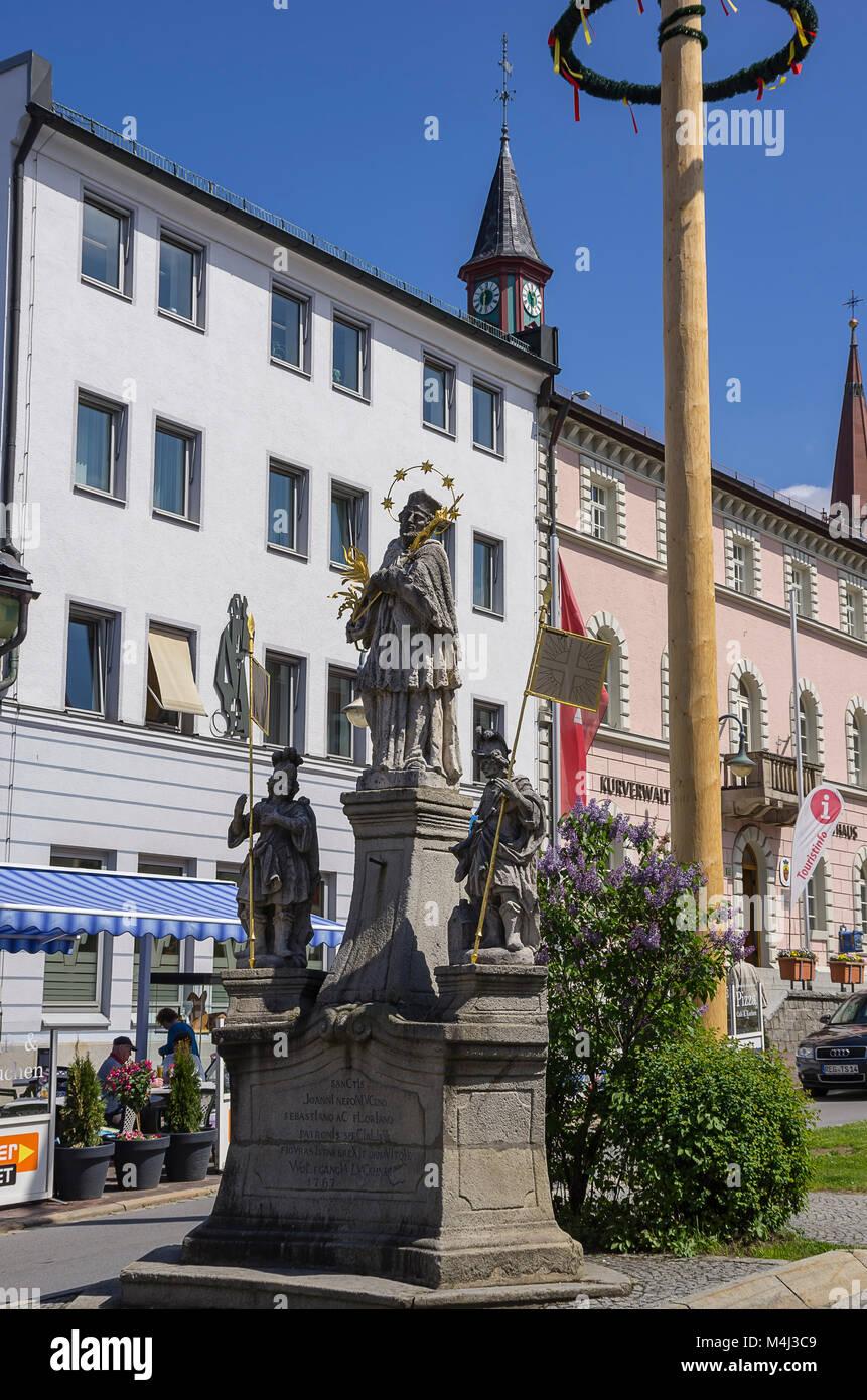 Statue des Hl. Johannes von Nepomuk auf dem Dorfplatz von Zwiesel, Bayerischer Wald, Bayern, Deutschland. Stockbild