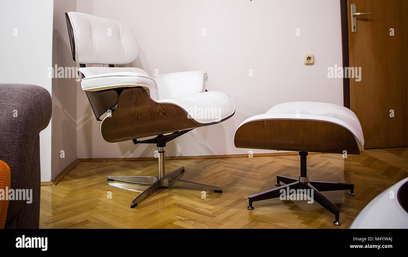 Weiße minimalistische Satz von Sessel Fußstütze und Couchtisch in ...