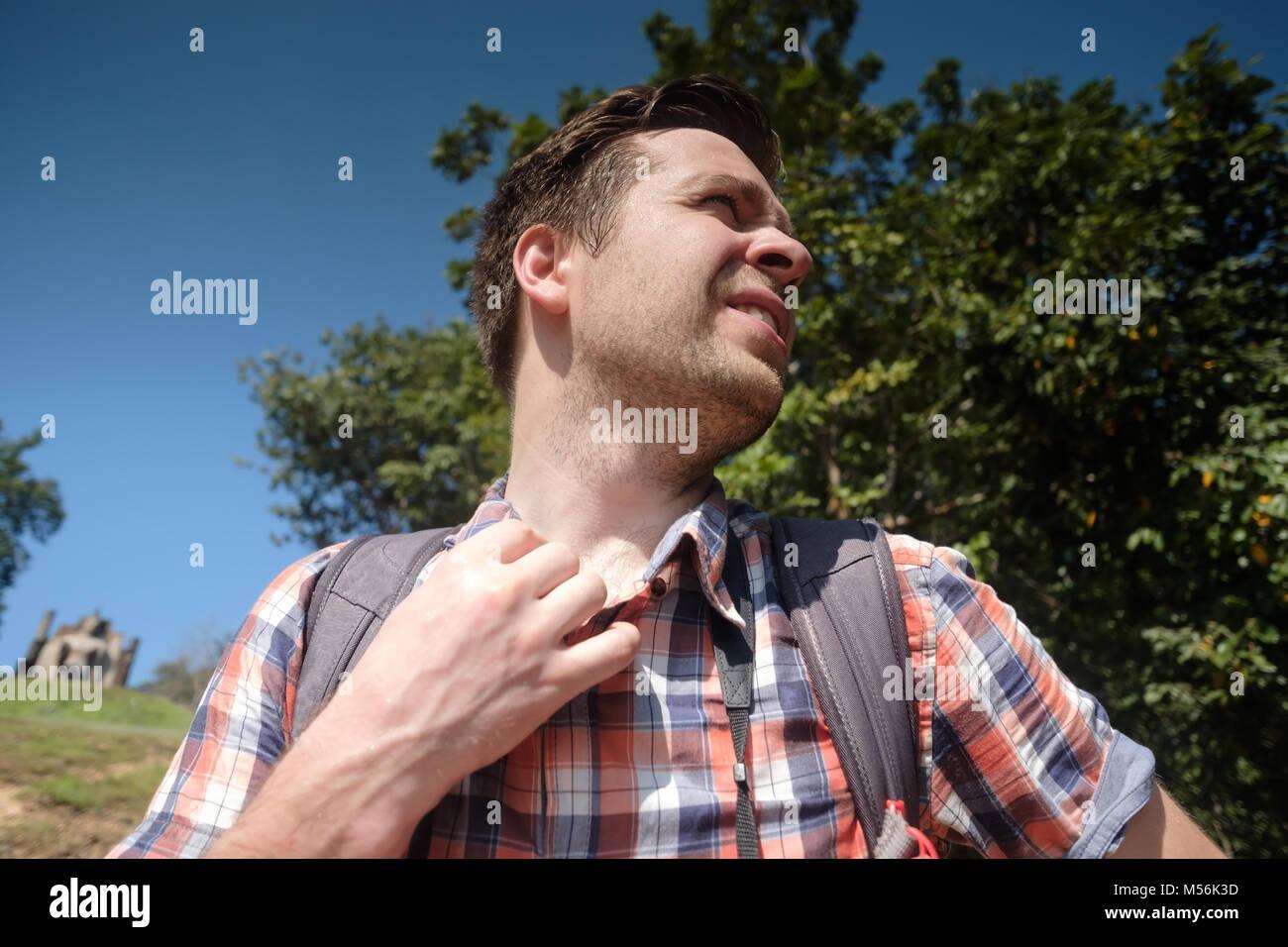 Kaukasische Mann unter heißer Sonne. Stockbild