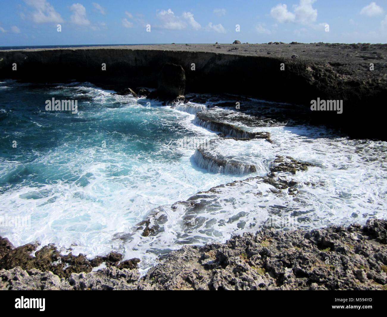 Ungestümes Meer an der felsigen Küste Stockbild