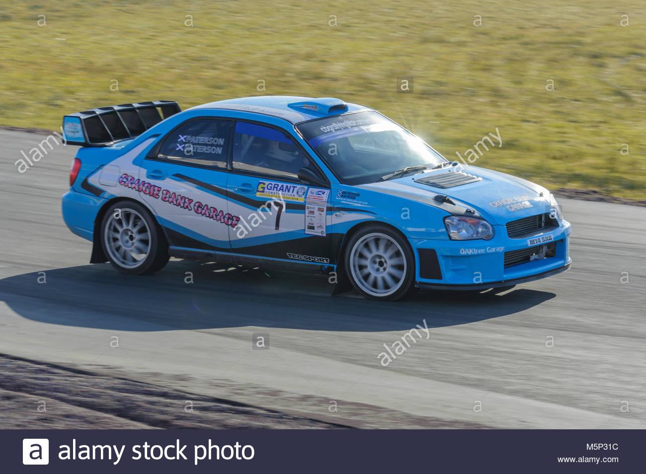 Dunfermline, UK. 25. Februar, 2018. Ian Paterson und Alan Paterson und der Subaru Impreza während der Zuschuss Stockbild