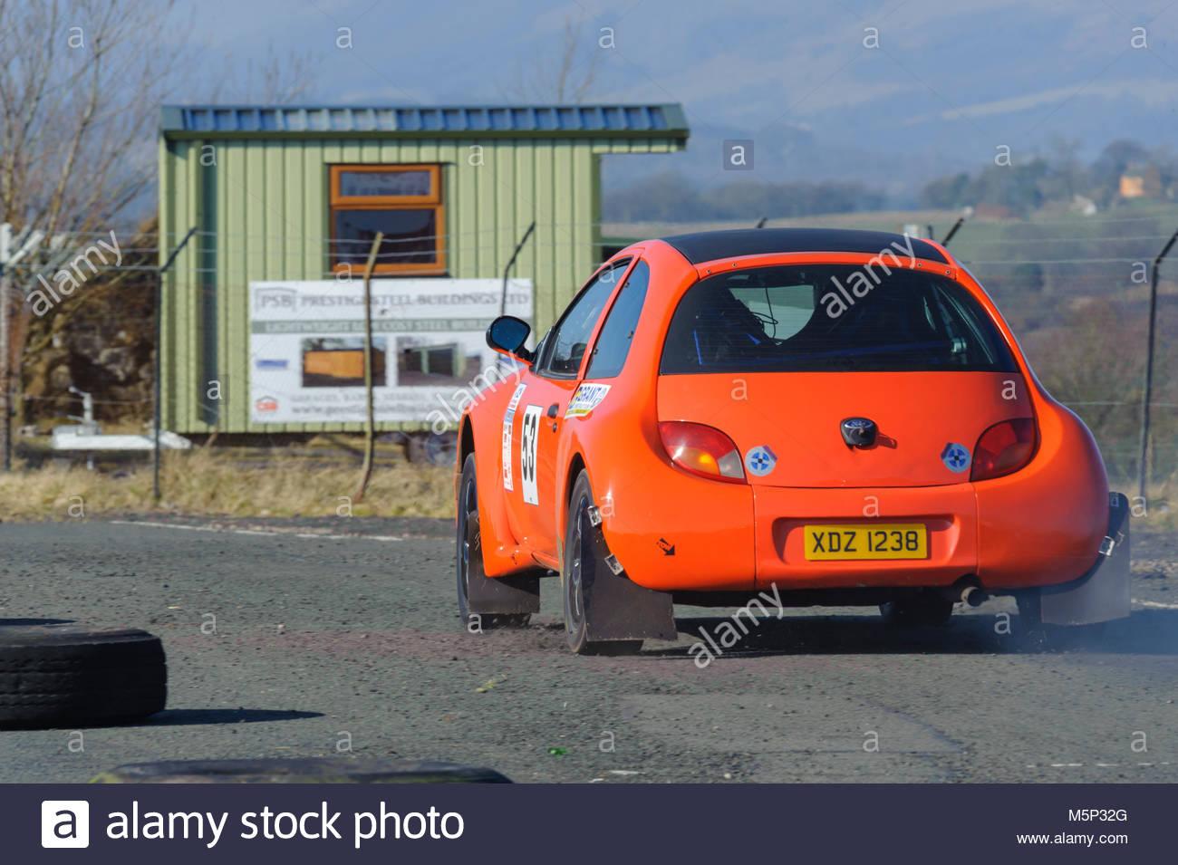 Dunfermline, UK. 25. Februar, 2018. Ron Walker und Dekan Ross in den Ford KA ab einem späteren Zeitpunkt während Stockbild