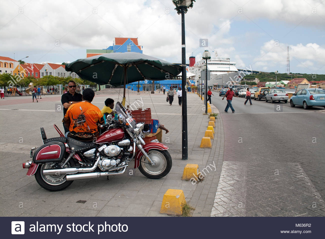 Mann in Motorrad, Kreuzfahrtschiff in der Sint Anna Baai, Stadtteil Otrobanda, Willemstad, Curacao, Niederlaendische Stockbild