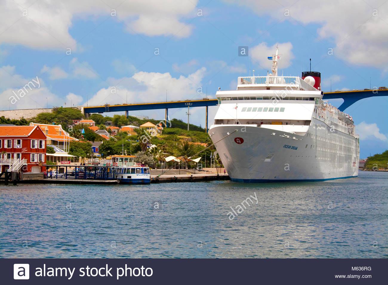 Kreuzfahrtschiff in der Sint Anna Baai, Koenigin-Juliana-Brücke, Stadtteil Otrobanda, Willemstad, Curacao, Stockbild