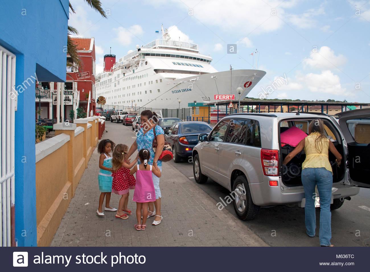 Kreuzfahrtschiff in der Sint Anna Baai, Stadtteil Otrobanda, Willemstad, Curacao, Niederlaendische Antillen, Karibik Stockbild