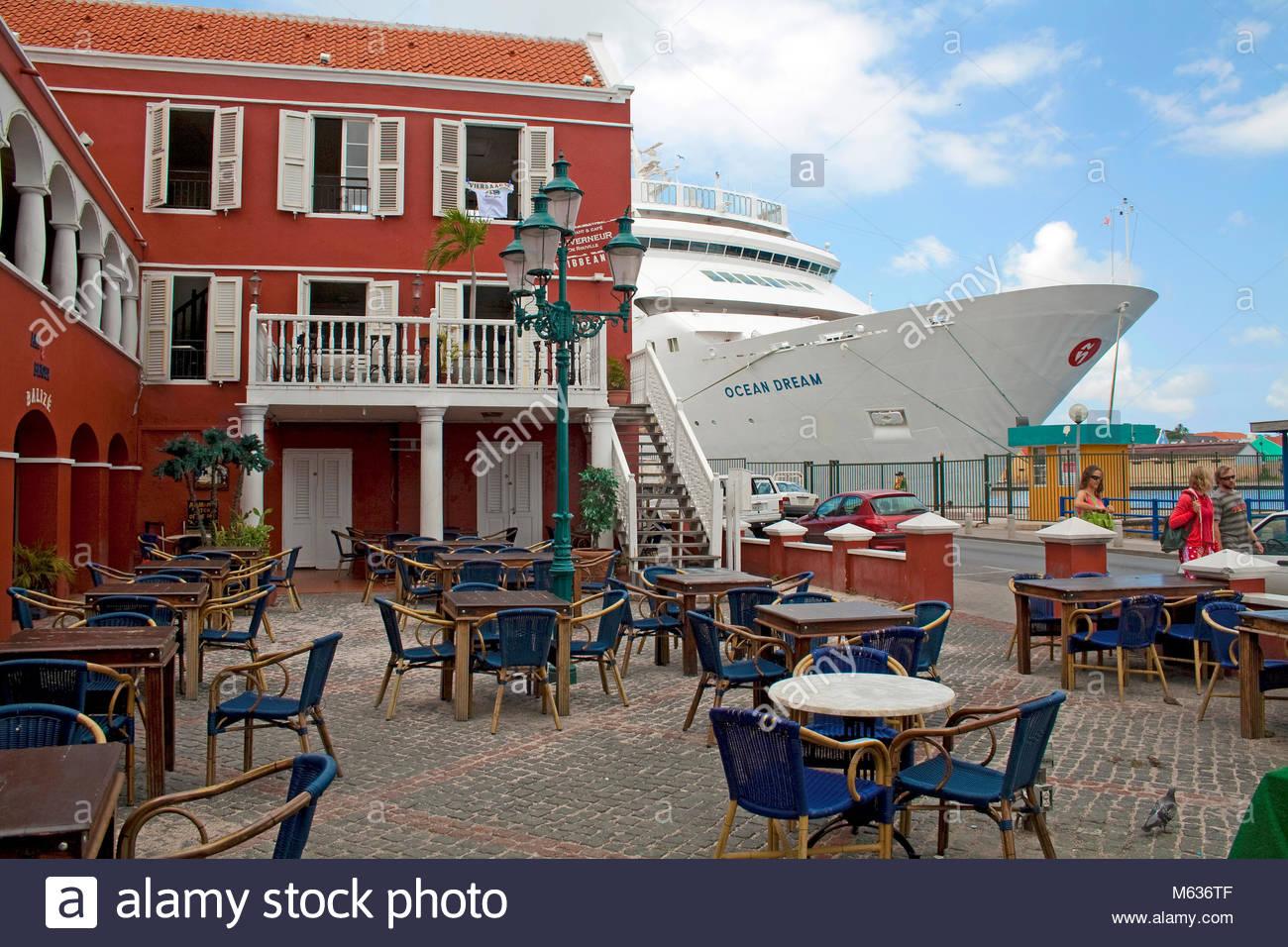 Kreuzfahrtschiff Ocean Dream in der Sint Anna Baai, Stadtteil Otrobanda, Willemstad, Curacao, Niederlaendische Antillen, Stockbild