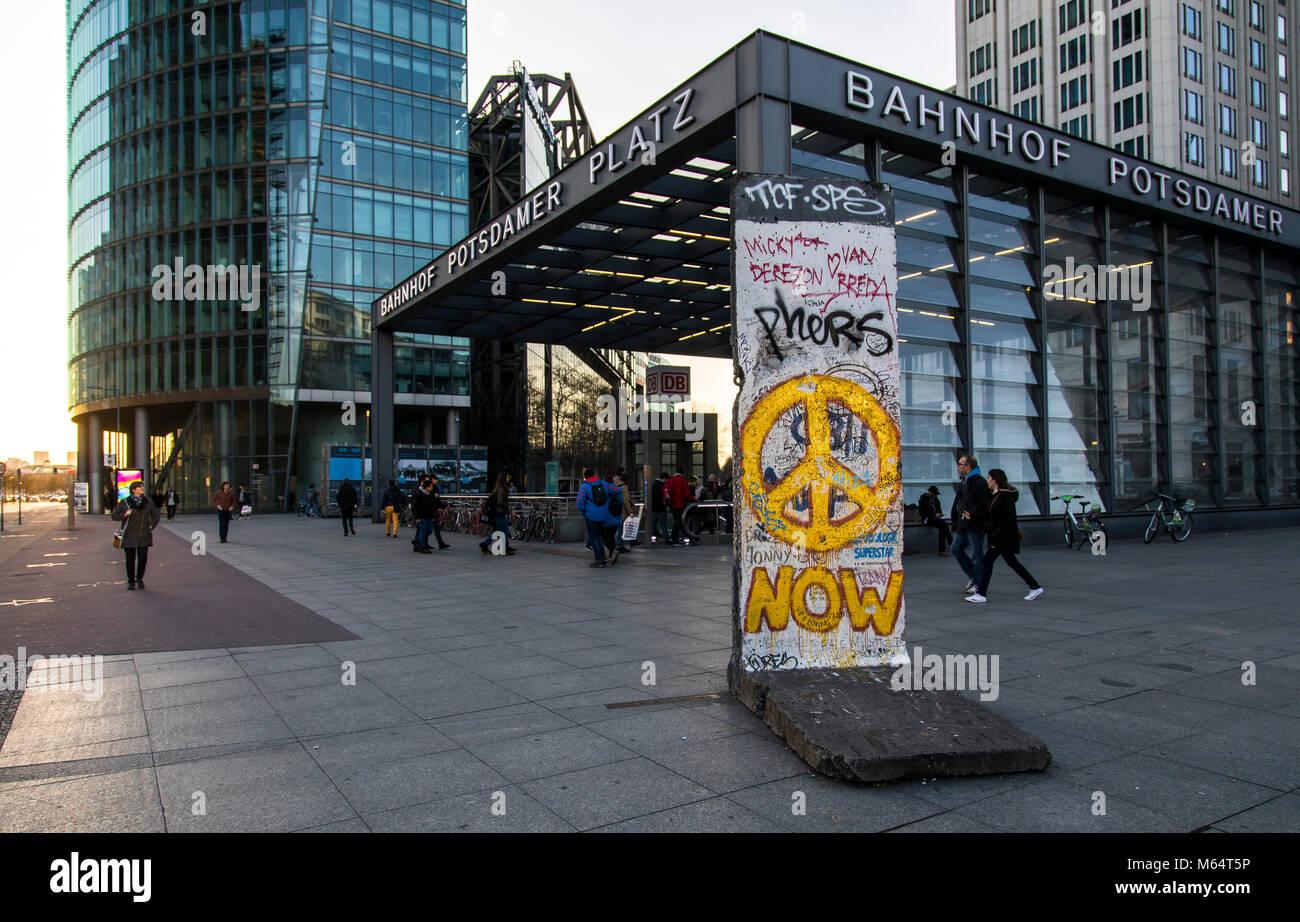 Eingang zum Bahnhof Potsdamer Platz, Deutsche Bahn Gruppe Hauptsitz, Teil der ehemaligen Berliner Mauer, Deutschland Stockbild
