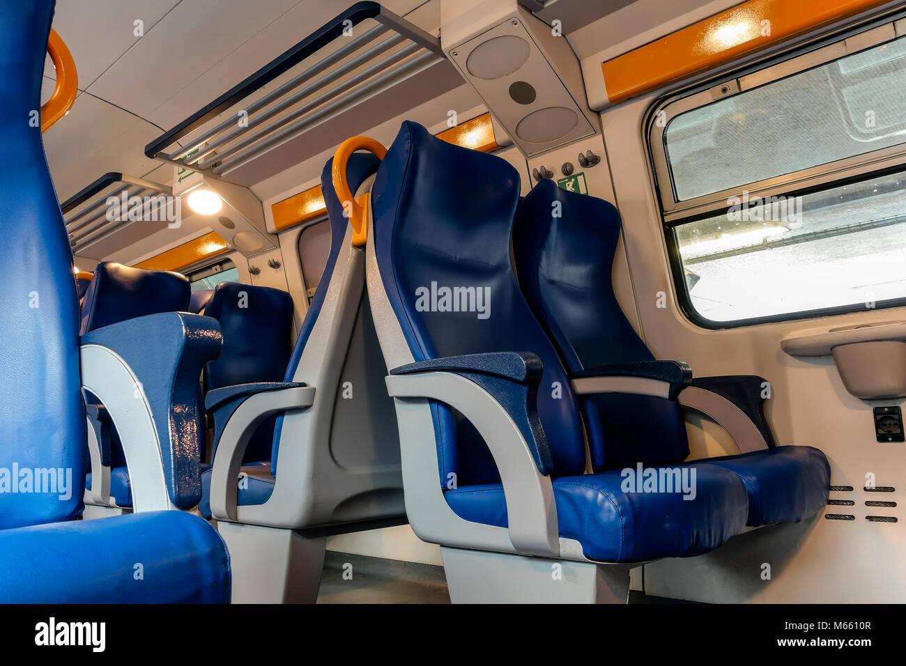 Leere Sitze in einer Regionalbahn wagen, Trenitalia unternehmen Verkehr. Upper Deck. Italien, Europa. Stockbild