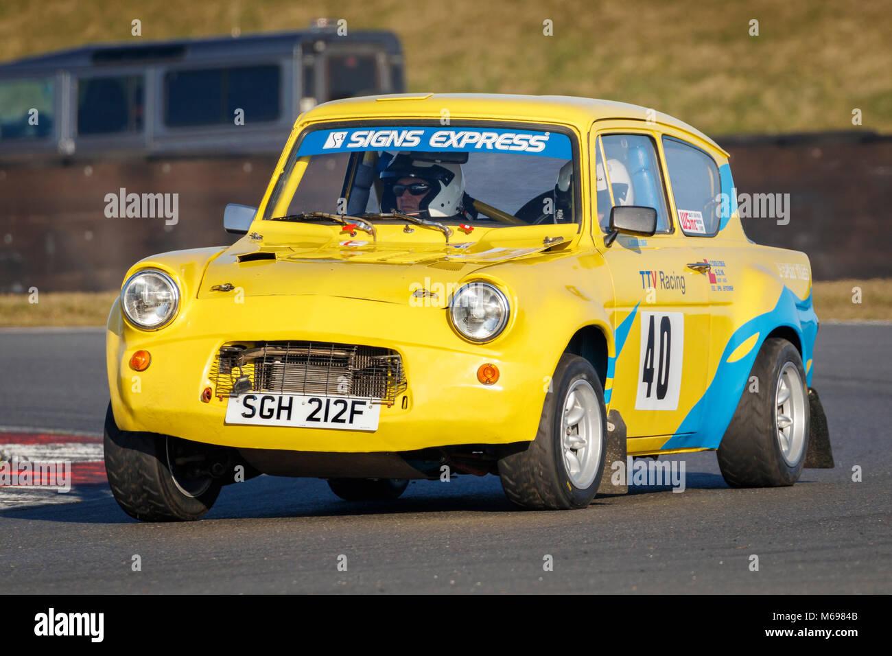 John und Laura Cooledge Cooledge im Ford Anglia 105E im Jahr 2018 Motorsport News Snetterton Bühne Rally, Norfolk, Stockbild