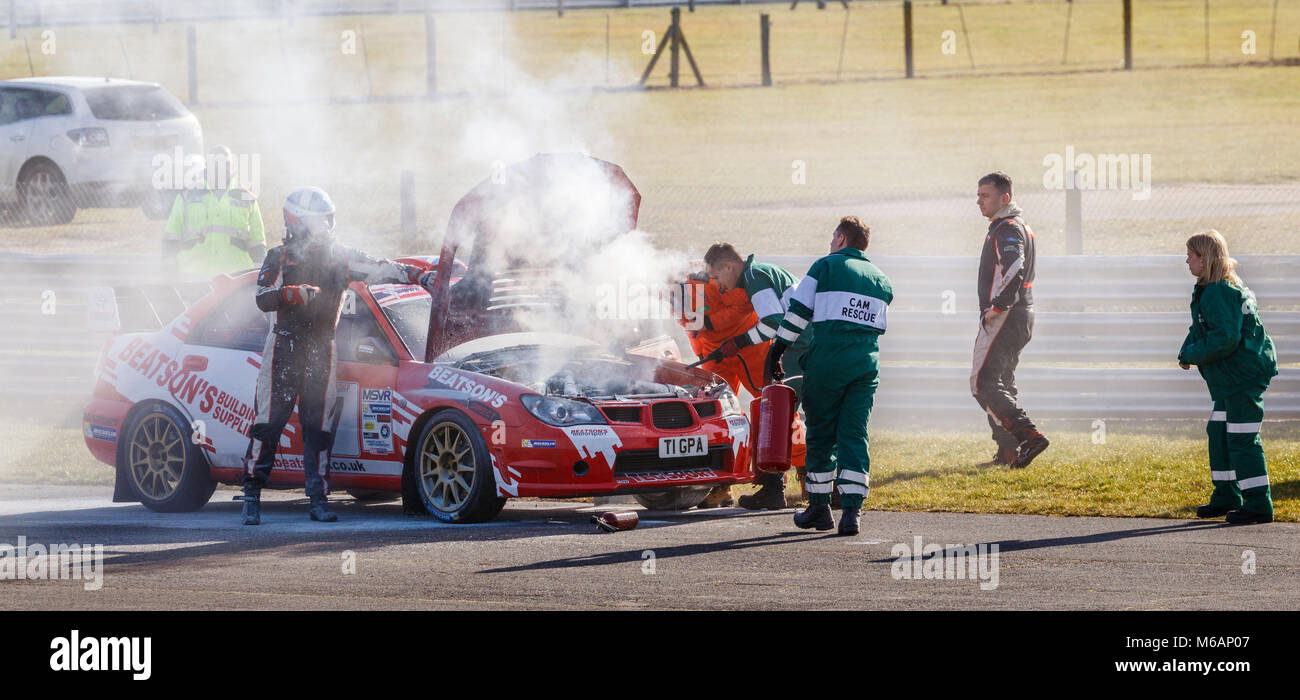 Feuer unter der Haube von John Marshall's Subaru Impreza während der Motorsport News Snetterton Bühne Stockbild
