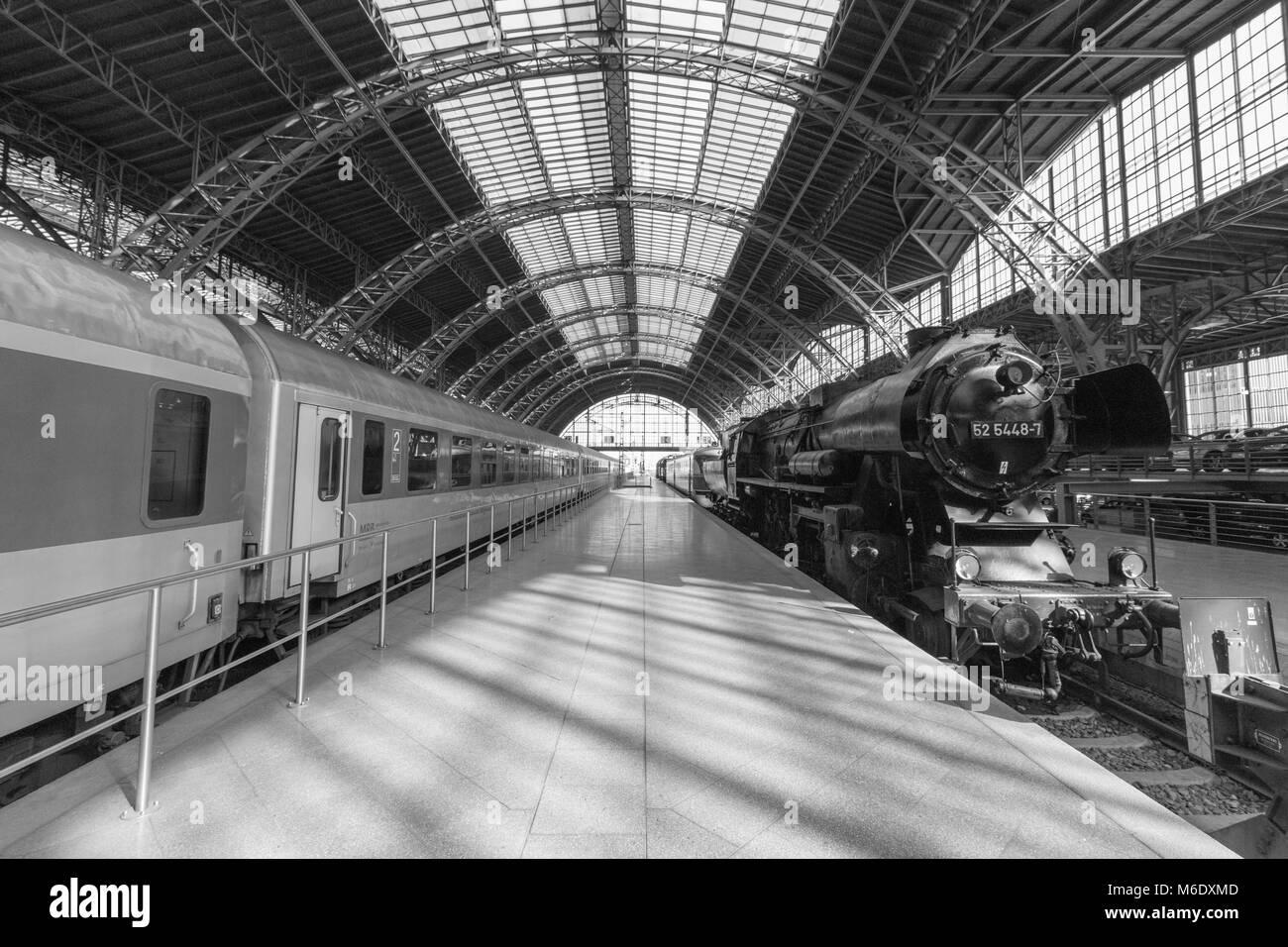 Leipzig, Deutschland - 1. März 2018: Blick auf ein modernes Personenzug der Deutschen Bahn und einer alten Stockbild