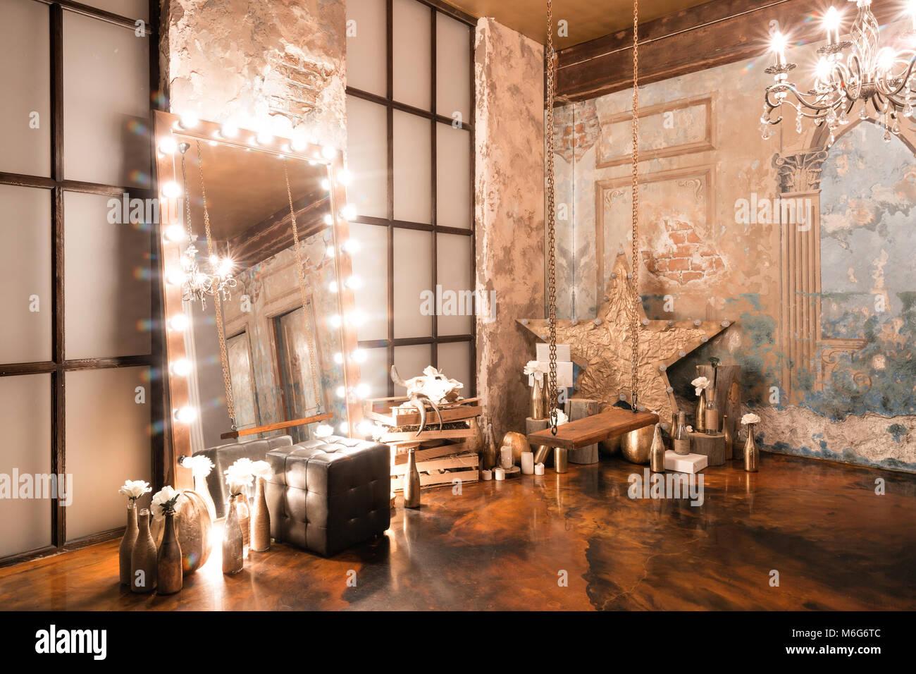 Loft Innenraum mit Spiegel, Kerzen, Mauer, große Fenster, Wohnzimmer ...