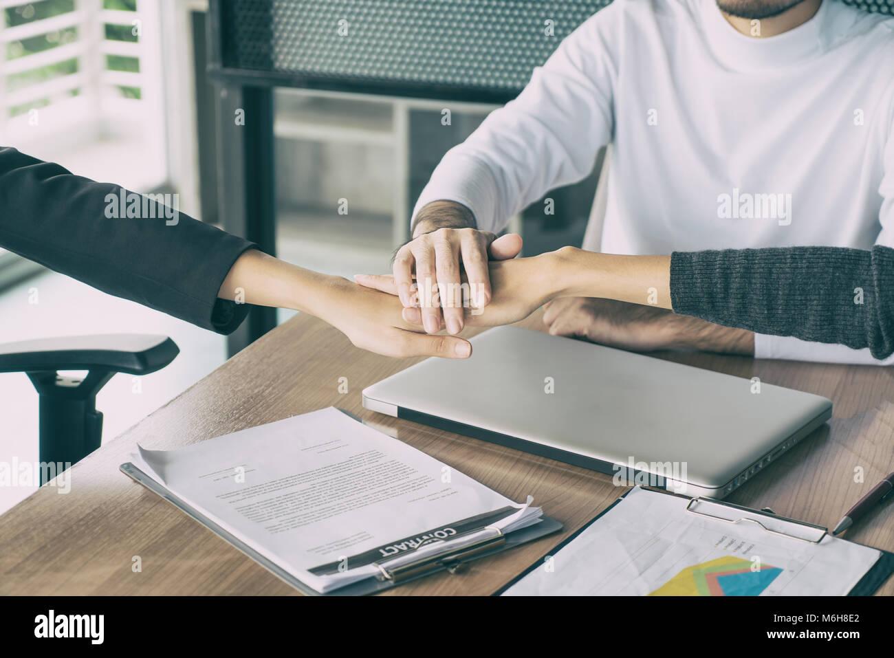Drei Business Partner Team Mit Hände Zusammen Zu Begrüßung Bis Projekt Im  Büro Beginnen. Business Meeting Konzept