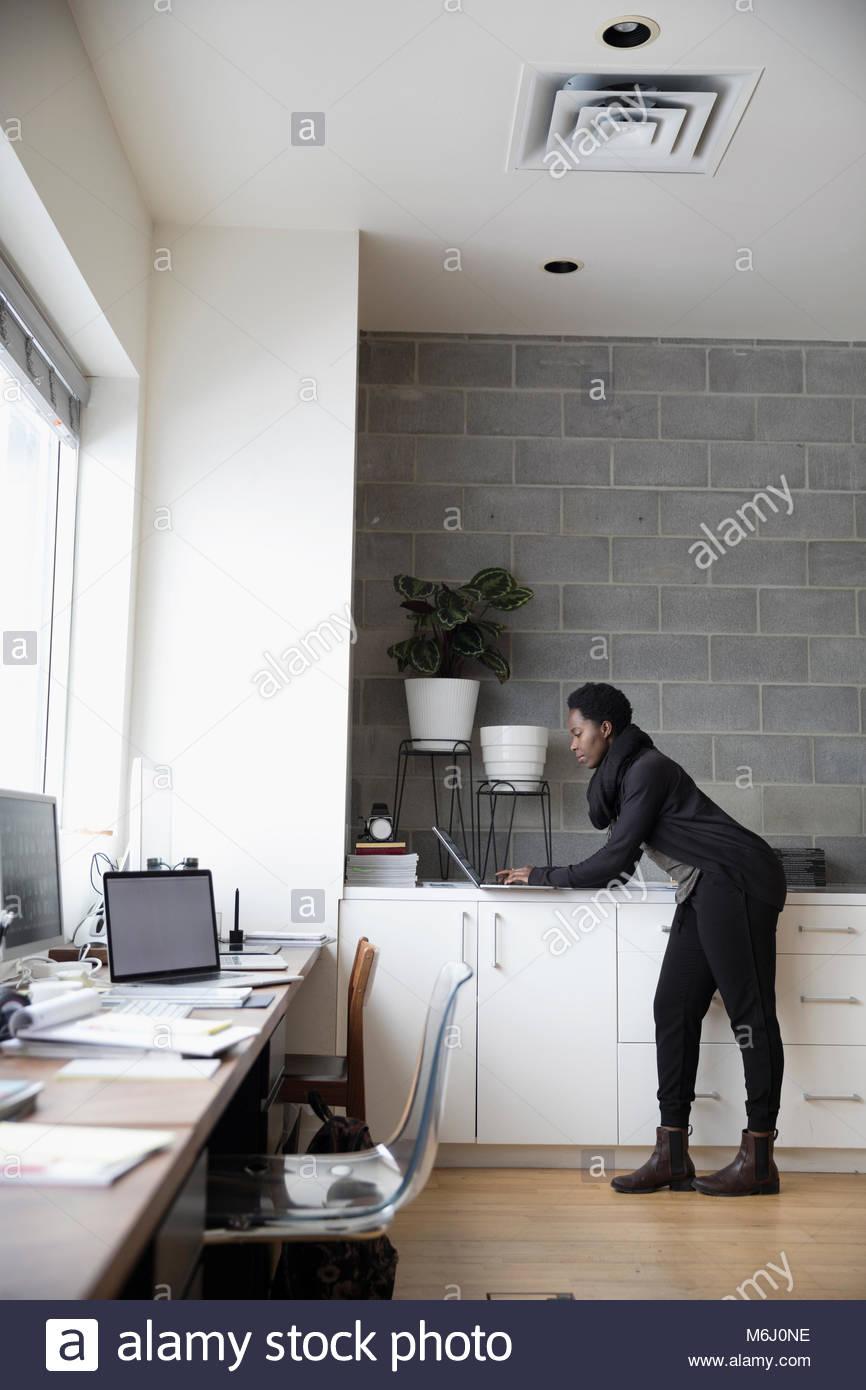 Designerin mit Laptop im Büro Stockfoto, Bild: 176187354 - Alamy