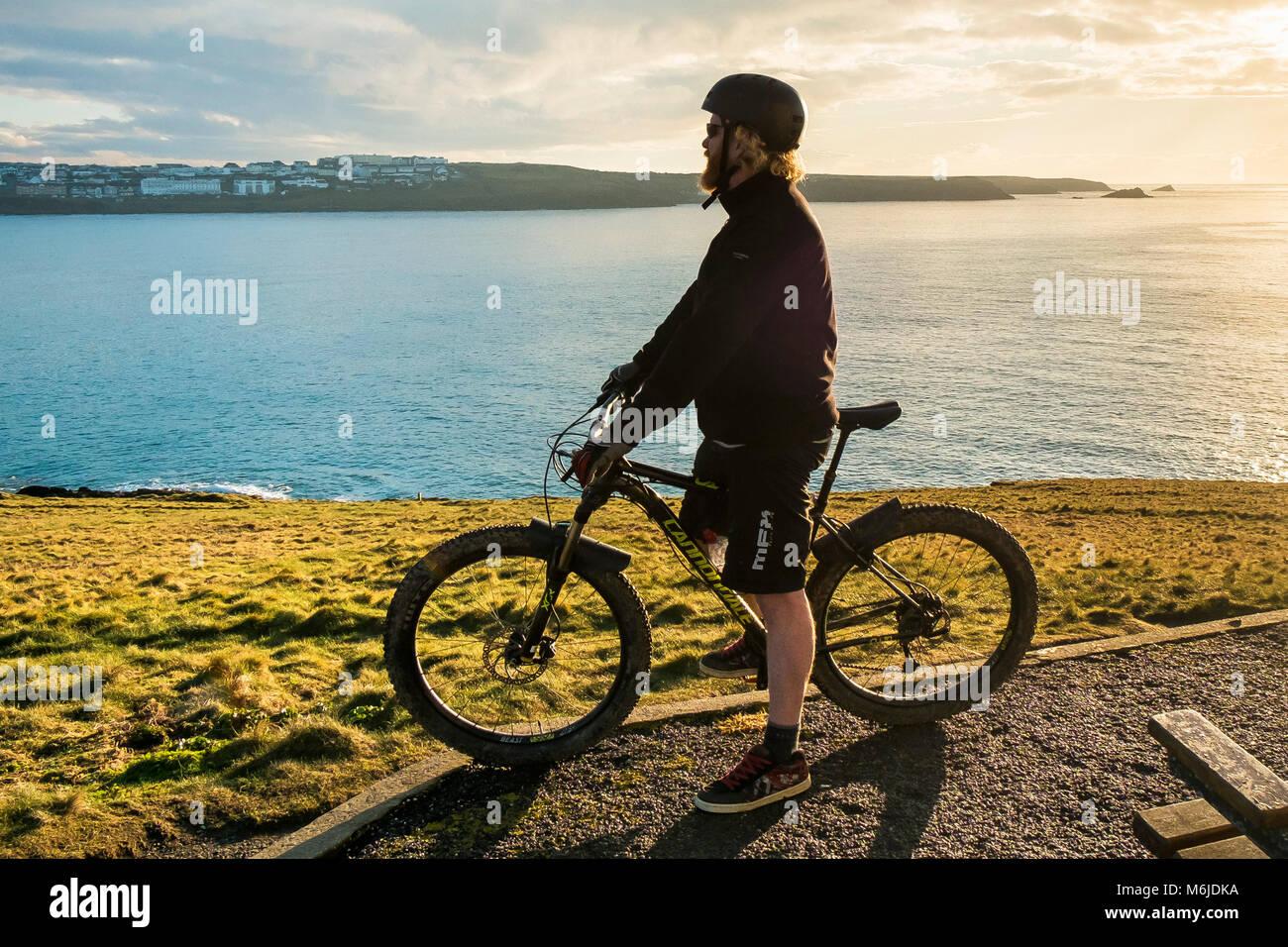 Ein Mountainbiker oben auf den Towan Kopf in Newquay Cornwall. Stockbild