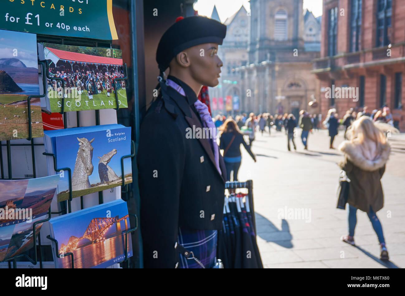 Ein Rack mit Postkarten und eine Schaufensterpuppe in traditionellen schottischen Kilt außerhalb eines Souvenirs Stockbild
