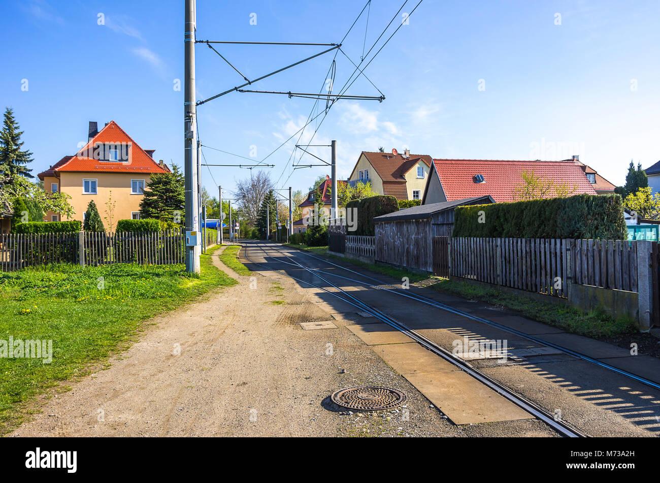 Straßenbahnschienen und Wohngebiet in Weixdorf bei Dresden, Sachsen, Deutschland. Stockbild