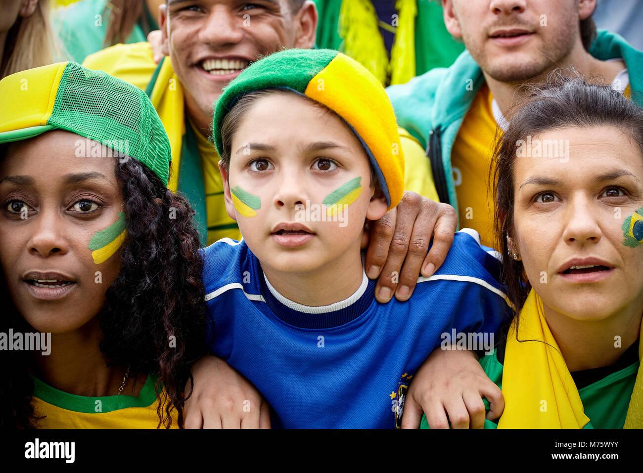 Brasilianische Fußballfans aufmerksam beobachten überein Stockbild