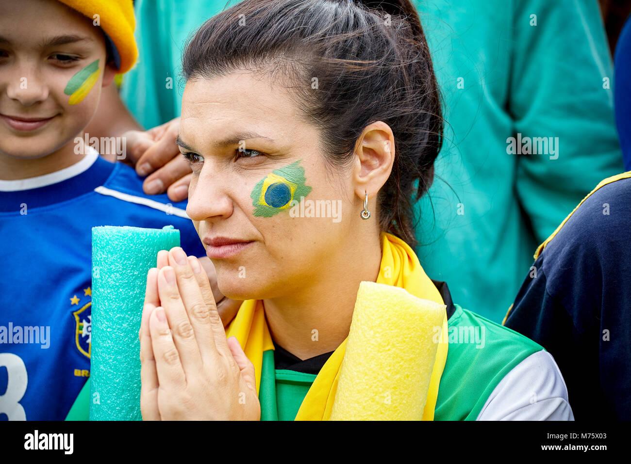 Brasilianischen Fußball-Anhänger Hände faltend im Gebet bei Match Stockbild