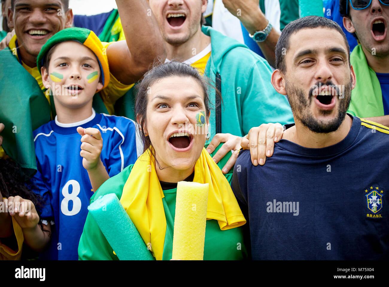 Brasilianischen Fußball-Fans am Fußballspiel Stockbild