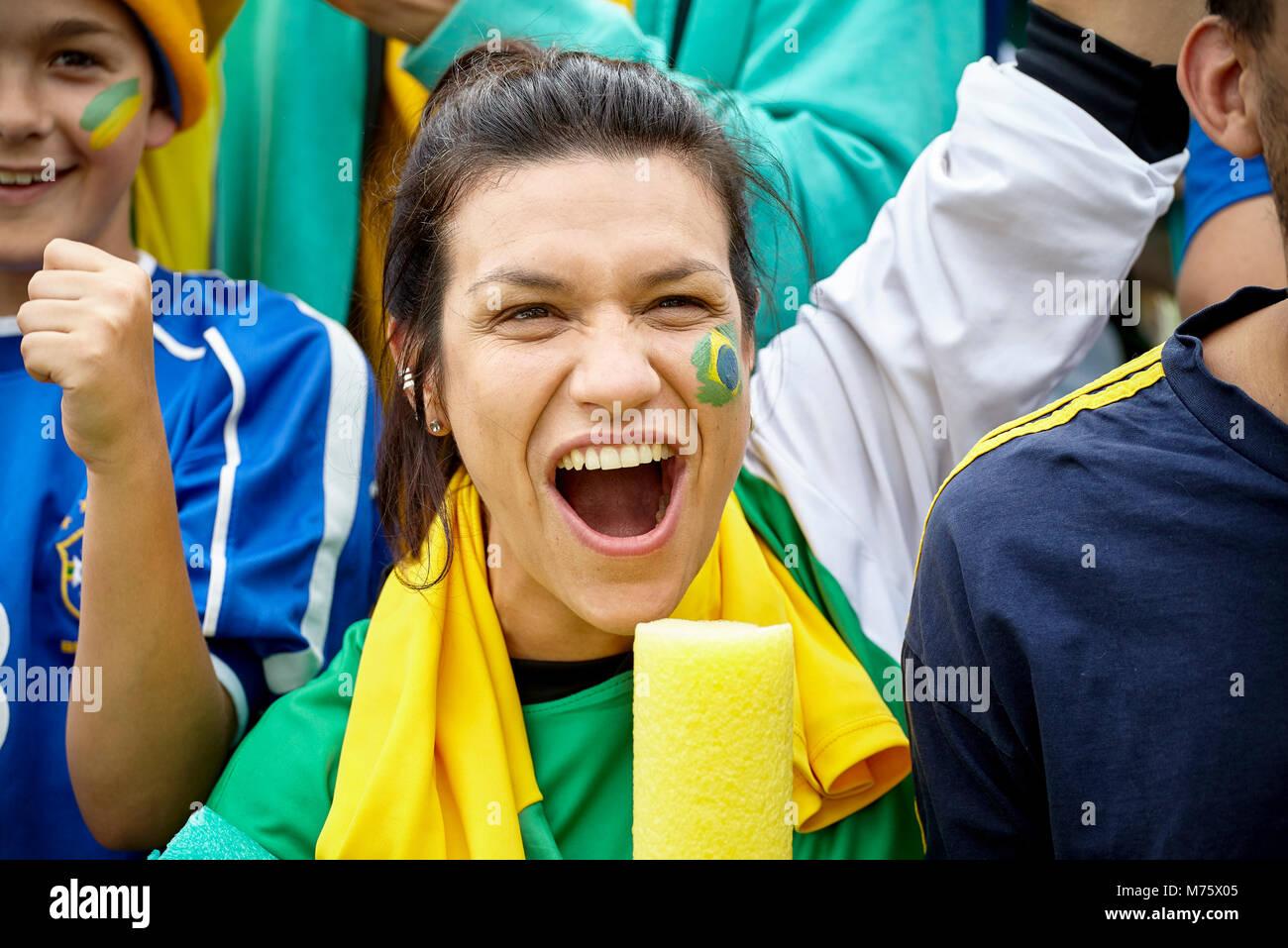 Brasilianischen Fußball-Fan Jubel bei Match Stockbild