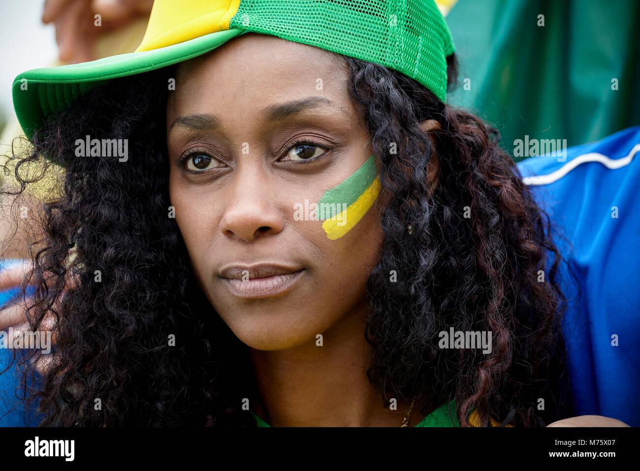 Brasilianischen Fußball-Fan mit Hut und Gesicht Farbe, Porträt Stockbild