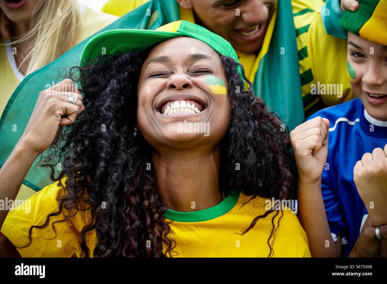 Brasilianischen Fußball-Fans im Match Stockbild