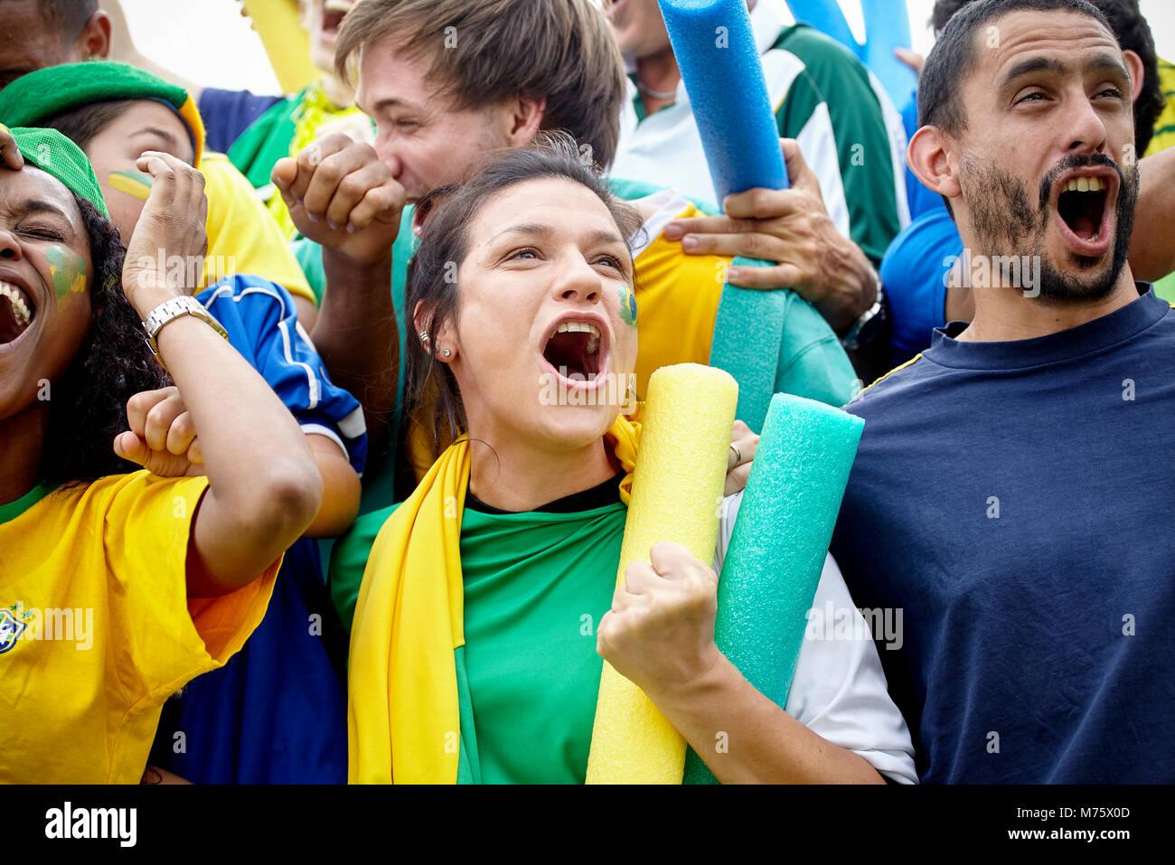 Brasilianischen Fußball-Fans feiern Sieg am Fußballspiel Stockbild