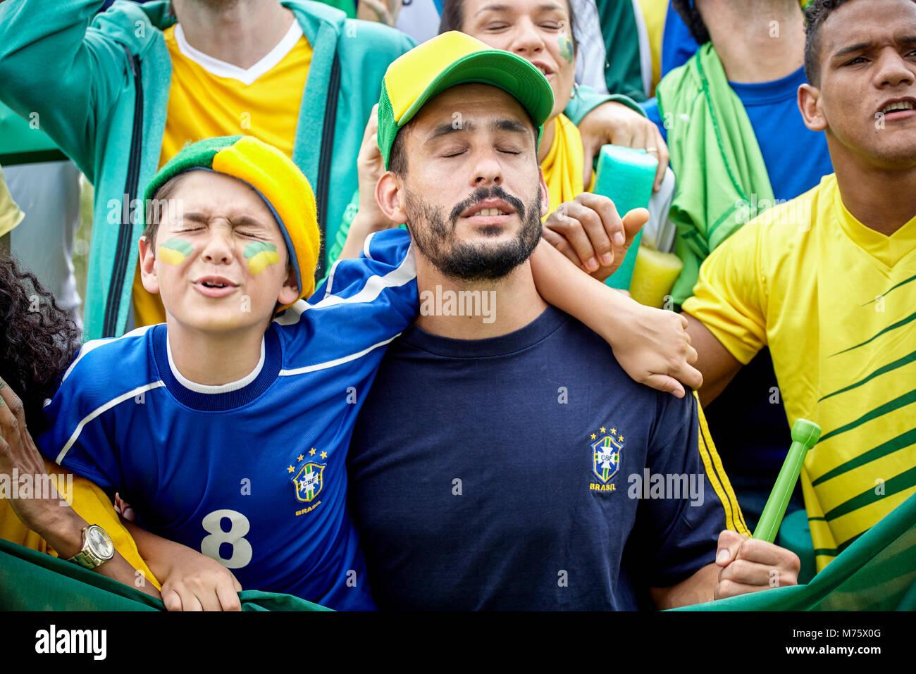 Brasilianischen Fußball-Fans auf der Suche umgekippt am Fußballspiel Stockbild
