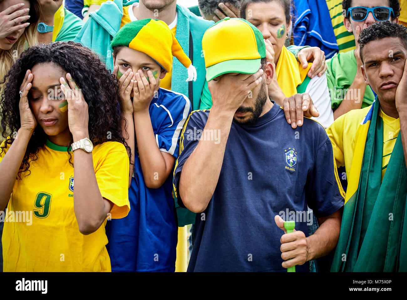 Brasilianischen Fußball-Fans suchen enttäuscht Bei match Stockbild