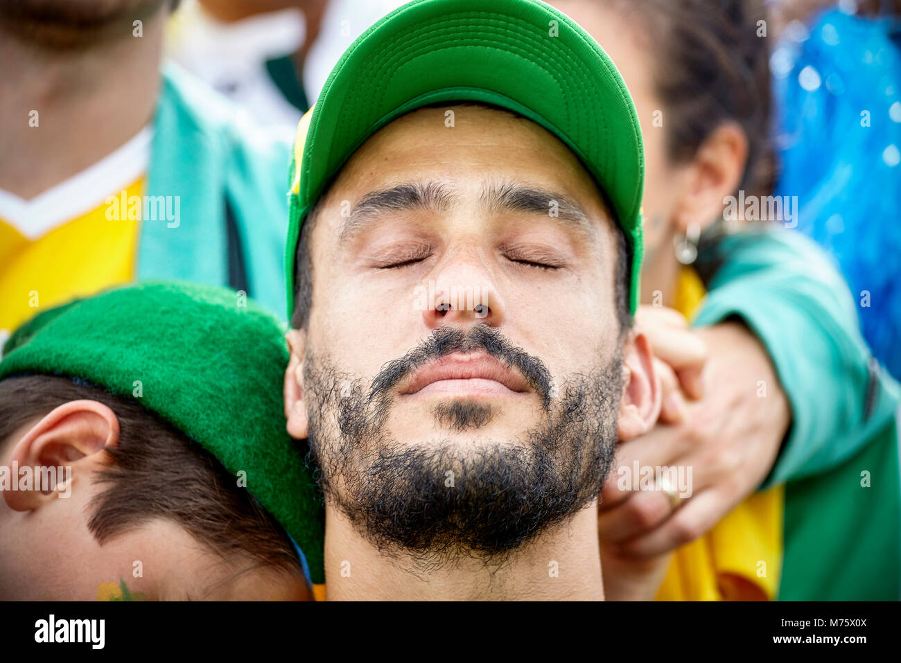 Fußball-Fan mit Kopf und Augen in Enttäuschung geschlossen Stockbild