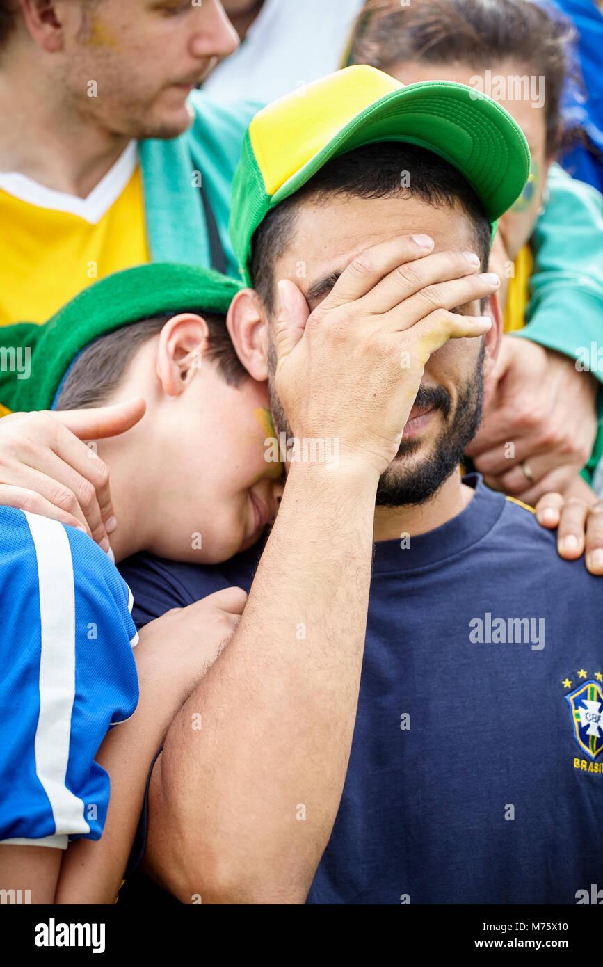 Brasilianischen Fußball-Fans traurig nach Fußballspiel Stockbild