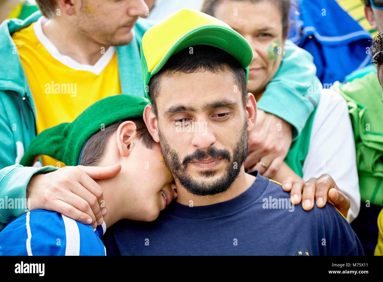 Brasilianischen Fußball-Fans trösten sich gegenseitig bei Match Stockbild