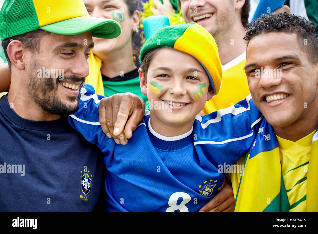 Brasilianischen Fußball-Fans die Verklebung im Match, Porträt Stockbild