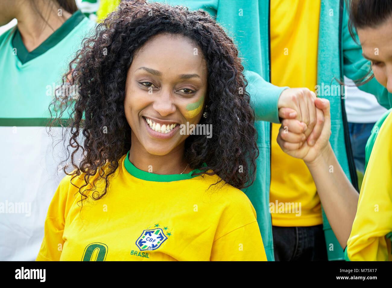 Brasilianischen Fußball-Anhänger fröhlich lächelnd, Porträt Stockbild