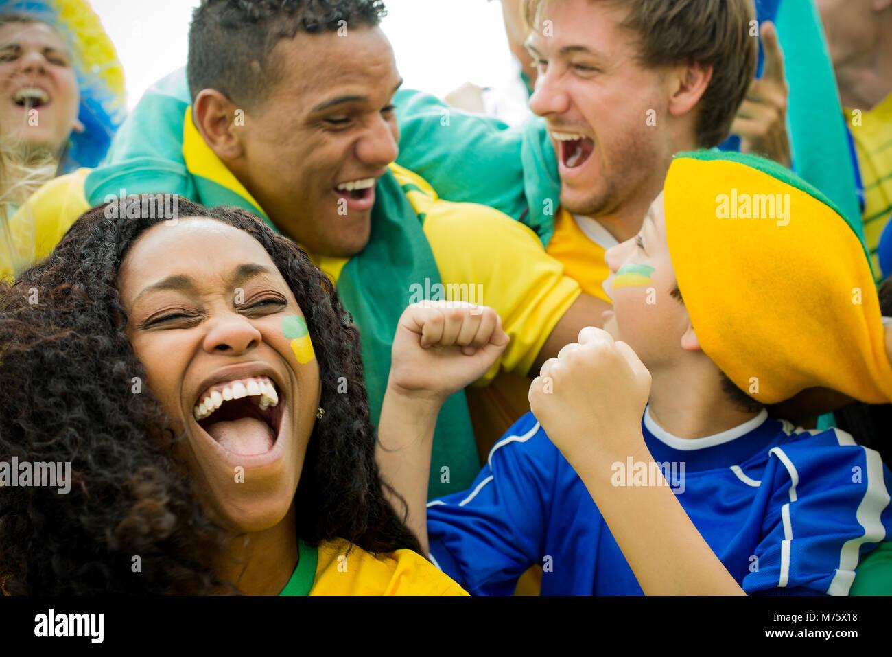 Brasilianischen Fußball-Fans feiern Sieg im Match Stockbild