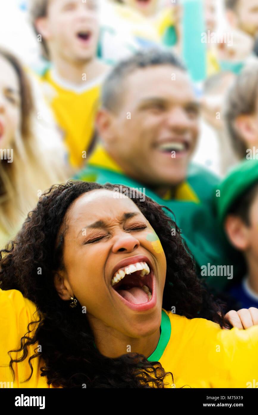 Die Zuschauer jubelten am Fußballspiel Stockbild
