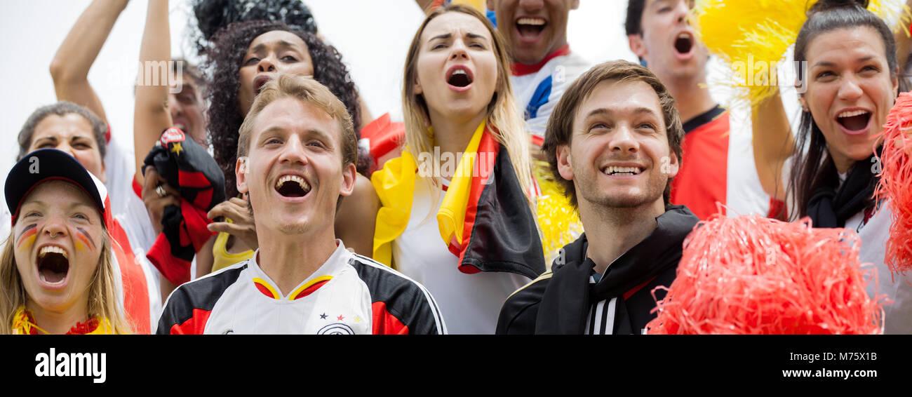 Deutsche Fußball-Fans am Fußballspiel Stockbild