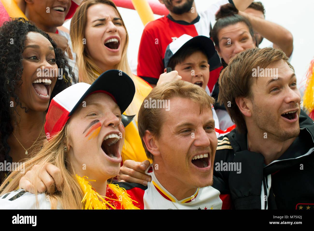 Deutsche Fußball-Fans im Match Stockbild