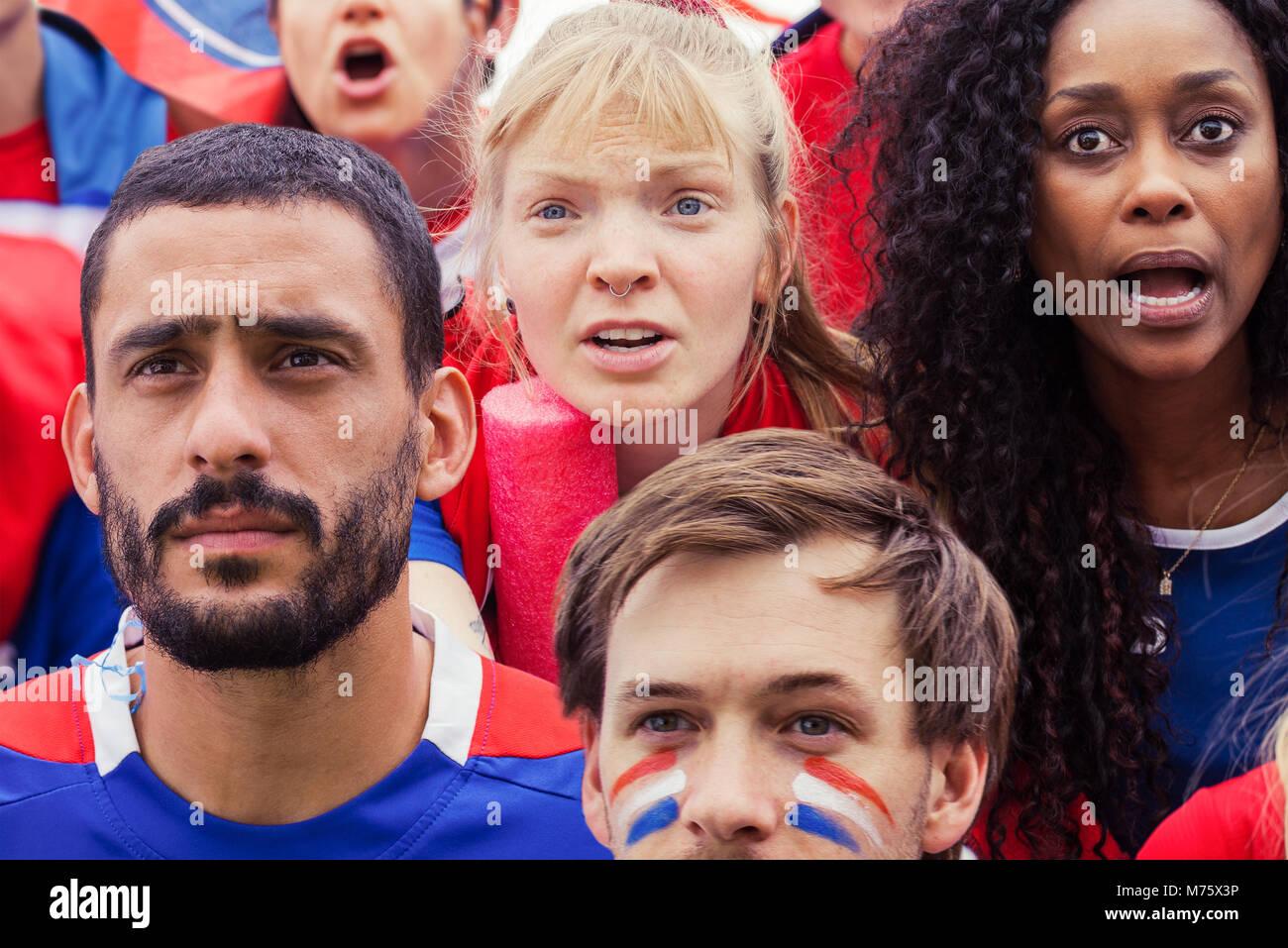 Französische Fußball-Fans gespannt beobachten überein Stockbild