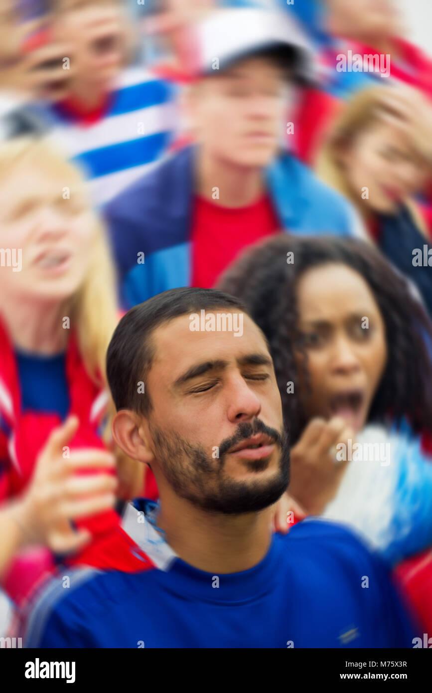 Sportbegeisterte suchen während des Sports umgekippt überein Stockbild