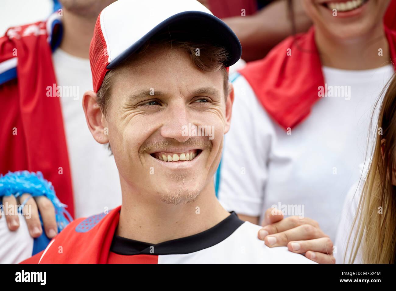 Fußball-Fan lächelnd im Match, Porträt Stockbild