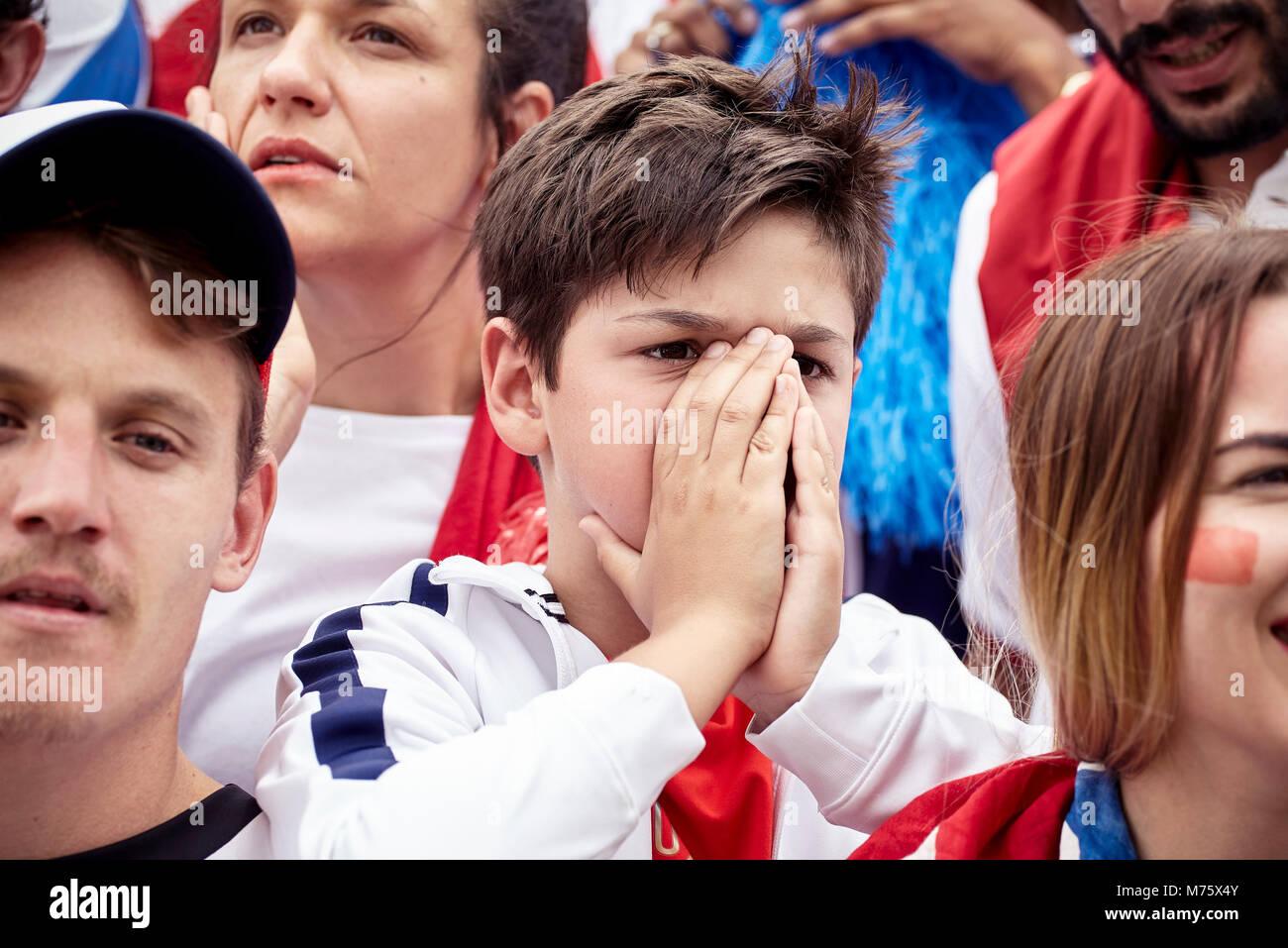 Junge Fußball-Fan für Gesicht während Fußballspiel Stockbild